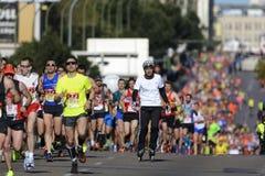 Patinage parmi des coureurs Photographie stock libre de droits