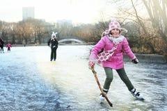 Patinagem artística bonita da menina do preteen no inverno aberto rin de patinagem fotografia de stock