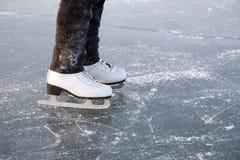 Patinagem de gelo da mulher nova ao ar livre Fotografia de Stock