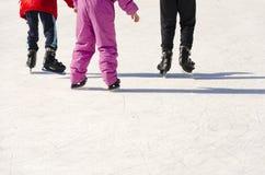 Patinagem engraçada das meninas e do menino dos adolescentes exterior Imagem de Stock