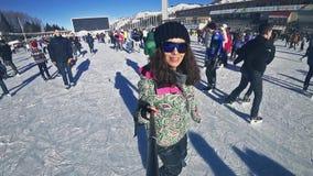 Patinagem no gelo completa da jovem mulher da metragem de HD exterior na pista de gelo Medeo video estoque