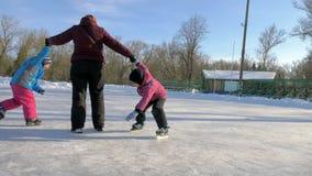 Patinagem no gelo da família vídeos de arquivo