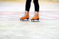 Patinagem no gelo da mulher inverno fora na pista de gelo gelo e pés fotografia de stock