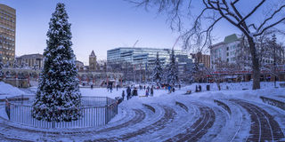 Patinagem no gelo das famílias no parque olímpico fotos de stock royalty free
