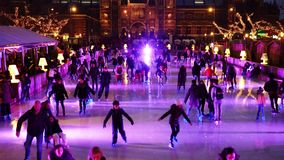 Patinagem no gelo do Natal no Museumplein em Amsterdão video estoque