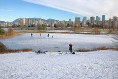 Patinagem no gelo exterior em Vancôver Fotos de Stock Royalty Free