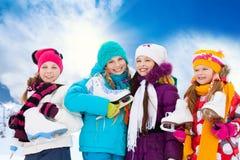 Patinagem no gelo indo de quatro meninas imagem de stock