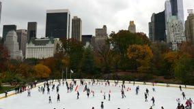 Patinagem no gelo no Central Park NYC video estoque