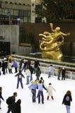 Patinagem no gelo no centro de Rockefeller, New York City Fotografia de Stock