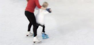 Patinagem no gelo nova de ensino da habilidade a um chilld fotografia de stock royalty free