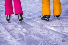 Patinagem no gelo nova dos pares fora com neve no fundo imagem de stock
