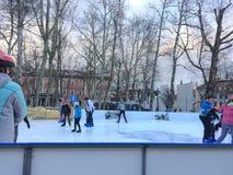 Patinagem no gelo no quadrado principal fotos de stock