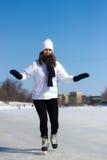 Patinagem no gelo saudável da jovem mulher durante o inverno Fotos de Stock Royalty Free