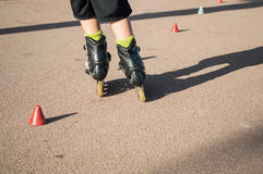 Patinagem praticando com cones Fotografia de Stock Royalty Free