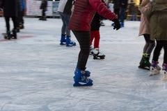 patinaje artístico por tarde januar del invierno Fotografía de archivo libre de regalías
