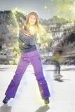 Patinaje de hielo bastante asiático de la muchacha al aire libre en la pista de hielo Imagen de archivo
