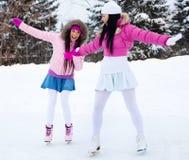 Patinaje de hielo de dos muchachas Imagenes de archivo