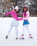 Patinaje de hielo de dos muchachas Imágenes de archivo libres de regalías