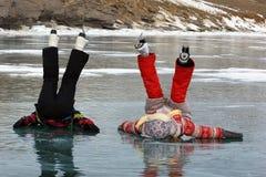 Patinaje de hielo de dos muchachas al aire libre en un día de invierno caliente Imágenes de archivo libres de regalías