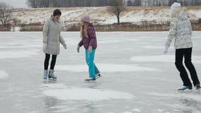 Patinaje de hielo de la familia en el lago congelado almacen de video