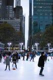 Patinaje de hielo de la gente en Bryant Park Foto de archivo libre de regalías