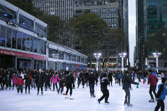 Patinaje de hielo de la gente en Bryant Park Fotos de archivo