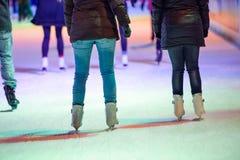 Patinaje de hielo de la gente en la noche en Viena, Austria Invierno imagenes de archivo