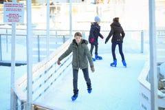 Patinaje de hielo de la muchacha Fotos de archivo