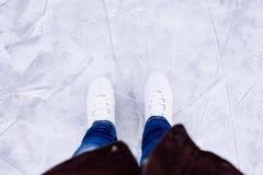 Patinaje de hielo de la mujer invierno al aire libre en pista de hielo Fotos de archivo libres de regalías