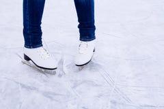Patinaje de hielo de la mujer invierno al aire libre en pista de hielo Fotos de archivo