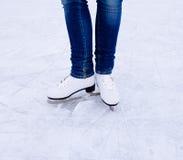 Patinaje de hielo de la mujer invierno al aire libre en pista de hielo Fotografía de archivo