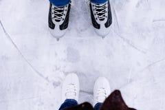 Patinaje de hielo de la mujer y del hombre invierno al aire libre en pista de hielo Foto de archivo