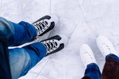 Patinaje de hielo de la mujer y del hombre invierno al aire libre en pista de hielo Foto de archivo libre de regalías