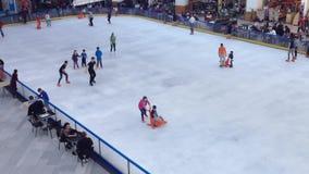 Patinaje de hielo de los niños almacen de metraje de vídeo