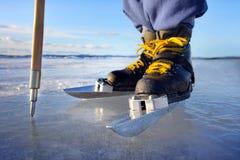 Patinaje de hielo en el lago Fotos de archivo libres de regalías
