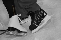 Patinaje de hielo en pista de hielo Fotografía de archivo libre de regalías