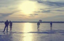 Patinaje de hielo en un lago congelado Foto de archivo libre de regalías