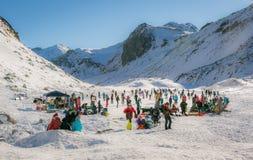 Patinaje de hielo en un lago de la montaña Fotografía de archivo libre de regalías