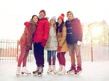 Patinaje de hielo feliz de los amigos en pista al aire libre Fotos de archivo