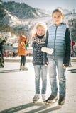 Patinaje de hielo feliz de los niños en la pista al aire libre Foto de archivo libre de regalías