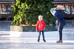 Patinaje de hielo de la familia fotografía de archivo libre de regalías