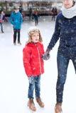 Patinaje de hielo de la familia fotos de archivo