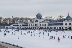 Patinaje de hielo de la gente al aire libre en Budapest fotografía de archivo libre de regalías