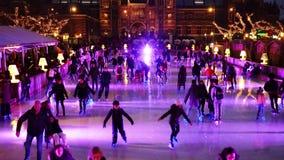 Patinaje de hielo de la Navidad en el Museumplein en Amsterdam almacen de video