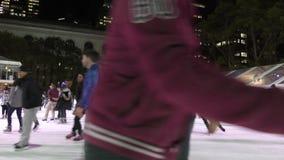 Patinaje de hielo Manhattan, NY almacen de metraje de vídeo