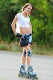 Patinaje de la muchacha del patín de ruedas. Fotografía de archivo libre de regalías