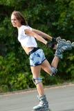 Patinaje de la muchacha del patín de ruedas. Fotos de archivo libres de regalías