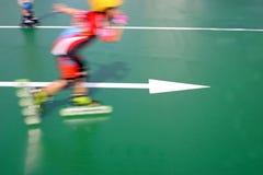 Patinaje de velocidad del niño (enmascarado) imagenes de archivo