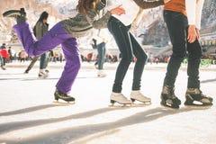 Patinaje divertido al aire libre, pista de las muchachas y del muchacho de los adolescentes de hielo Fotos de archivo
