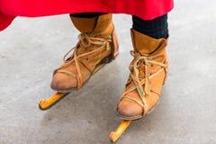 Patinaje histórico con los patines de madera Foto de archivo libre de regalías
